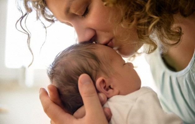 Neonato Dorme Solo In Braccio.I Neonati E L Importanza Del Contatto Fisico Non Solo Con La Mamma