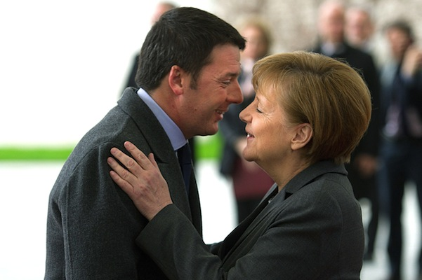 Merkel e Renzi in un abbraccio