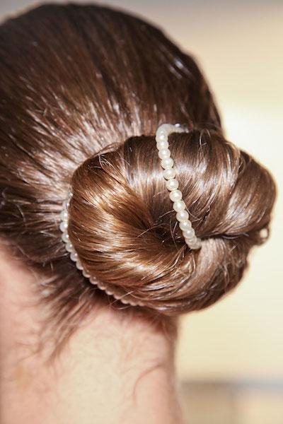 capelli sposa chignon con perle c202a39eb890