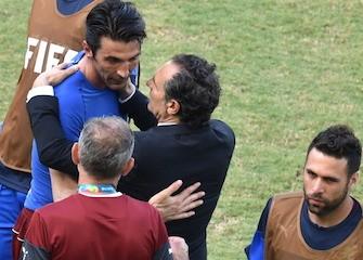Prandelli consola Buffon dopo l'eliminazione dai Mondiali