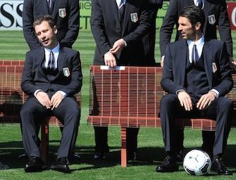 Nazionale: foto prima della partenza. Facce buffe, cravatte storte e un… pisolino