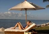 donna legge al mare sotto l'ombrellone
