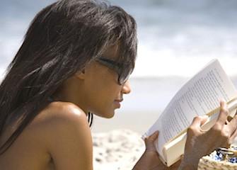 donna libro spiaggia