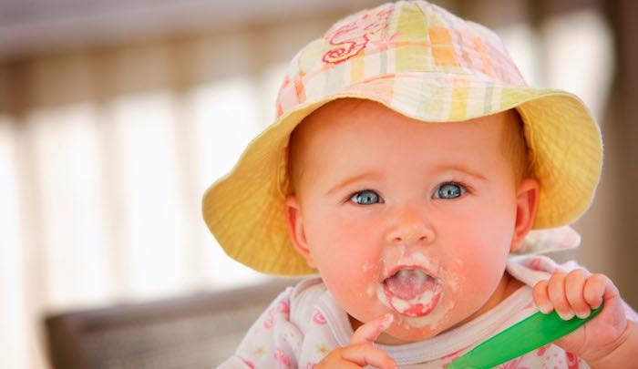 autosvezzamento bambina cibo
