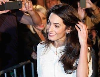 Amal: la sfilata della moglie di Clooney in Grecia tra pose e vestiti