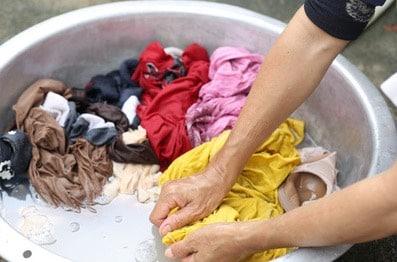 Lavare i vestiti senza lavatrice la guida essenziale donne sul web - Come comprare casa senza soldi da parte ...