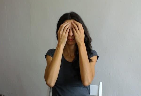 esercizio yoga scrivania occhi