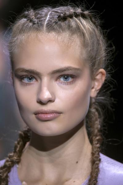 Acconciature 2017, Trecce per capelli lunghi o medi, cignon e treccine. 15  modi diversi per portare le trecce in primavera e in estate secondo la moda.