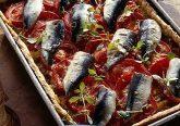 torta salata con pomodori e pesce azzurro