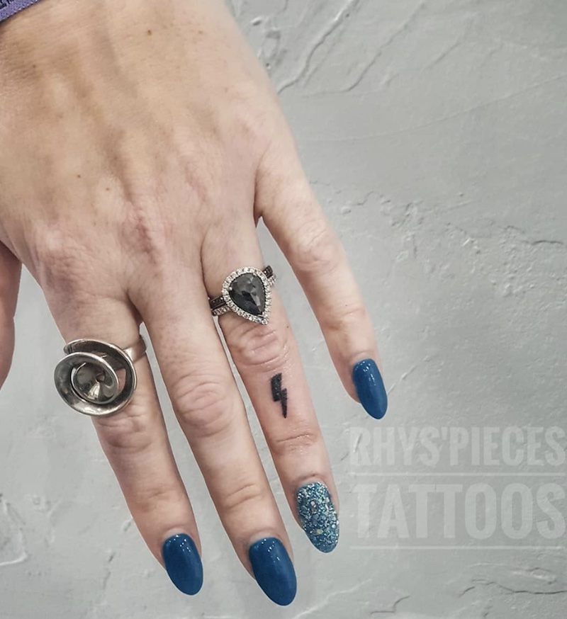 dito tatuaggio saetta