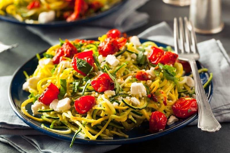 pasta fredda spaghetti zucchine feta e pomodori
