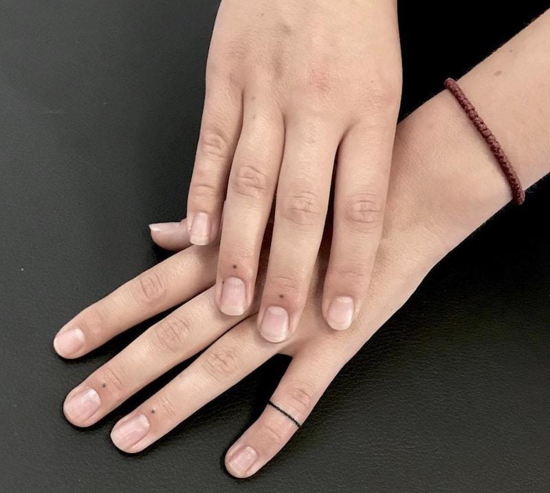 tatto piccolo puntini dita