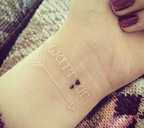 tattoo scritta bianca