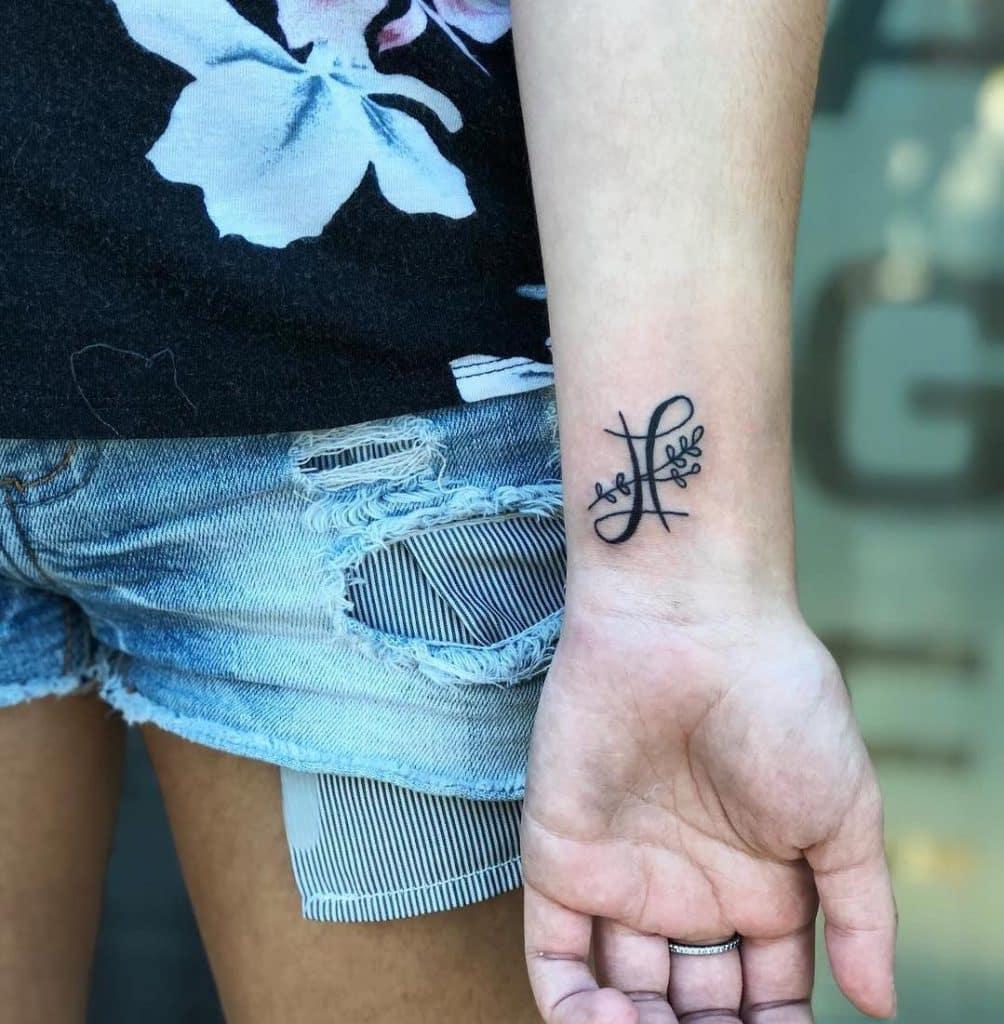 tatuaggio nero polso segno zodiale