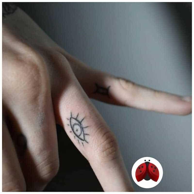 tatuaggio occhio dita