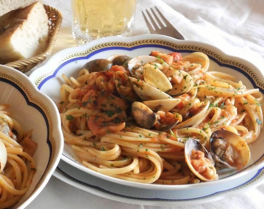 Linguine con vongole veraci totani e calamari al rosso ricetta foto