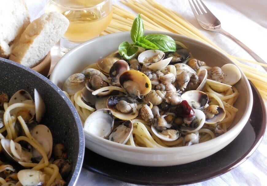 Spaghetti chitarra vongole e maruzzelle ricetta