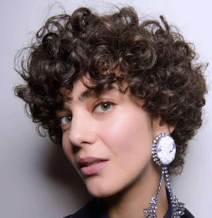 Bora Aksu capelli ricci corti 2019