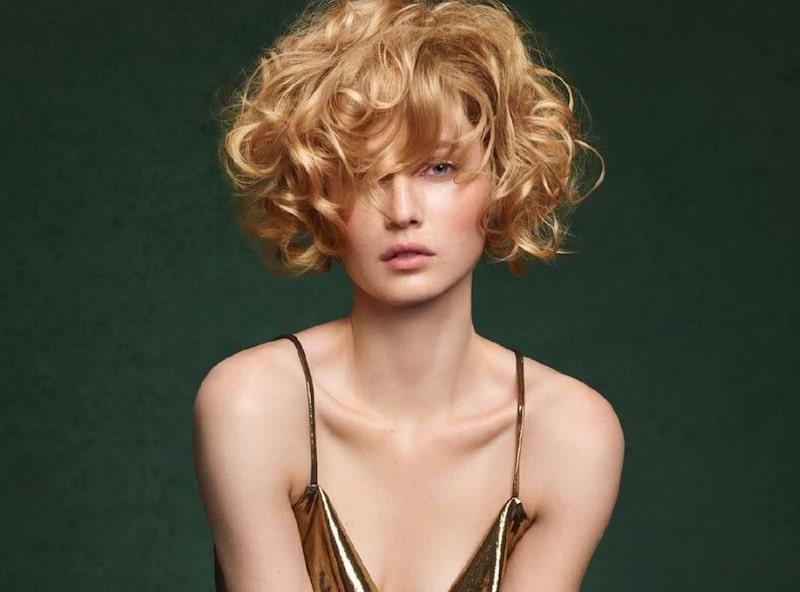 Camille albane paris capelli ricci corti
