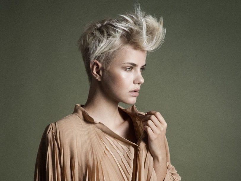taglio corto donna con ciuffio capelli 2019