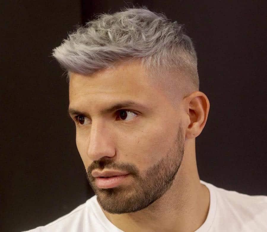 ... bene bene anche sui capelli argento e crea un gradevole contrasto con  la barba scura e il colore degli occhi. Il grigio si sposa particolarmente  bene ... 9a04ff8537ae