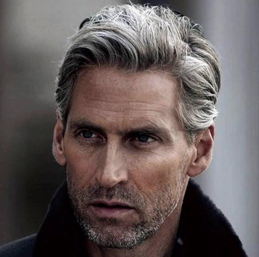 capelli uomo grigi medio lunghi