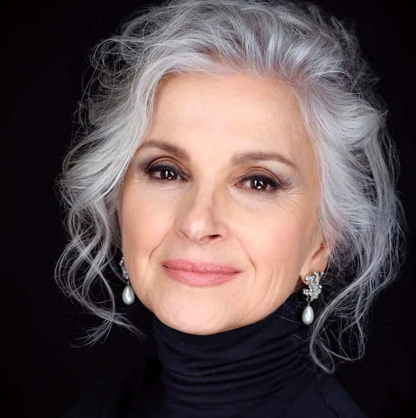 trucco capelli grigi 60 anni