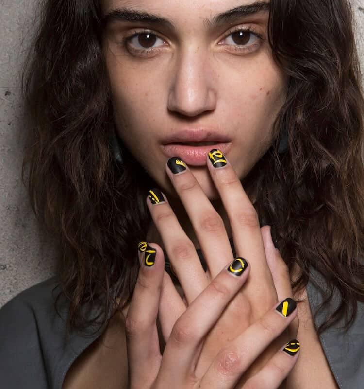 nail art unghie corte nere e gialle 2019