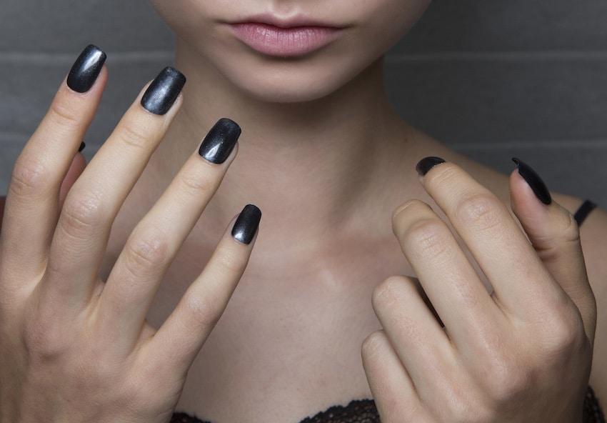 smalto nero unghie lunghe primavera 2019
