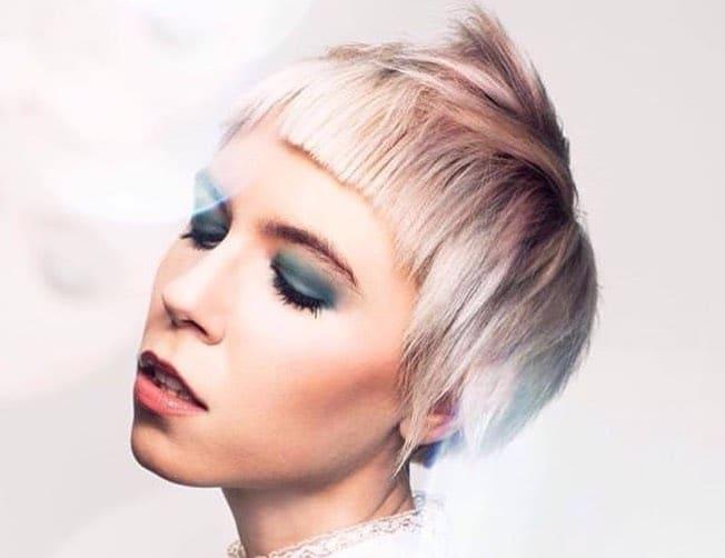 capelli platino con ciocche colorate estate 2019