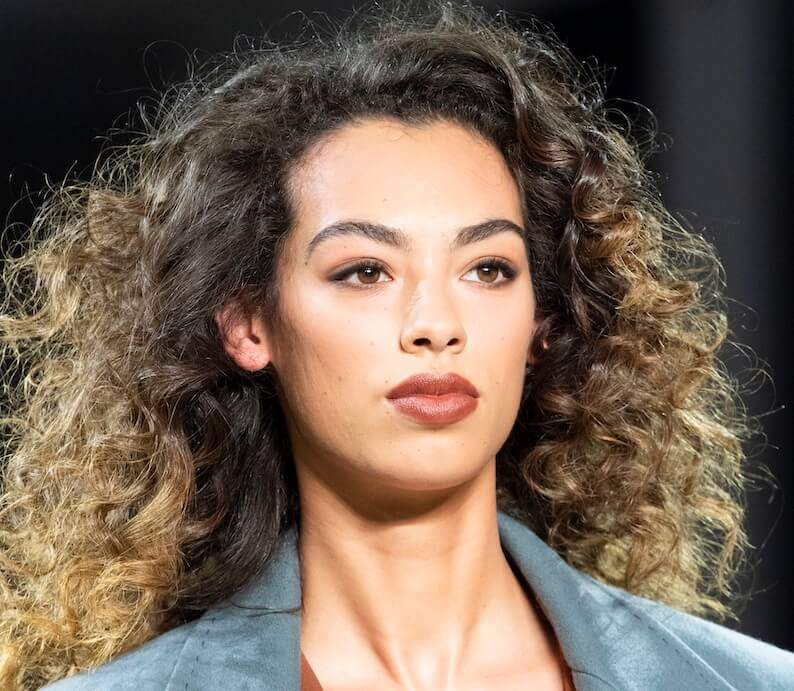 capelli ricci sfilate inverno 2020
