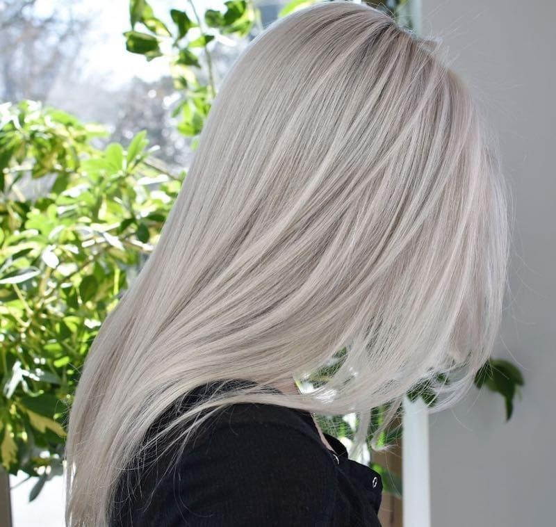 capelli bianchi lisci lunghi moda 2019
