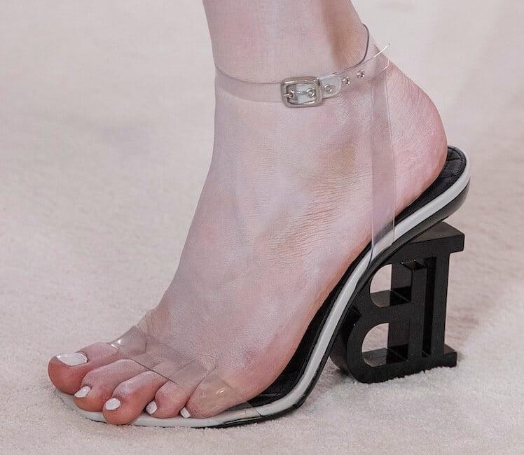Smalto bianco unghie piedi estate 2019