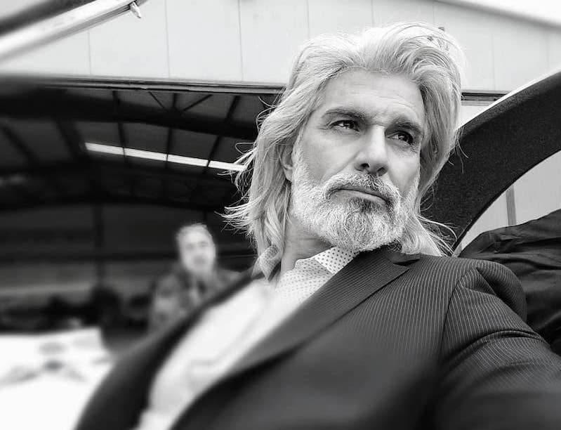 capelli bianchi uomo tagli lunghi