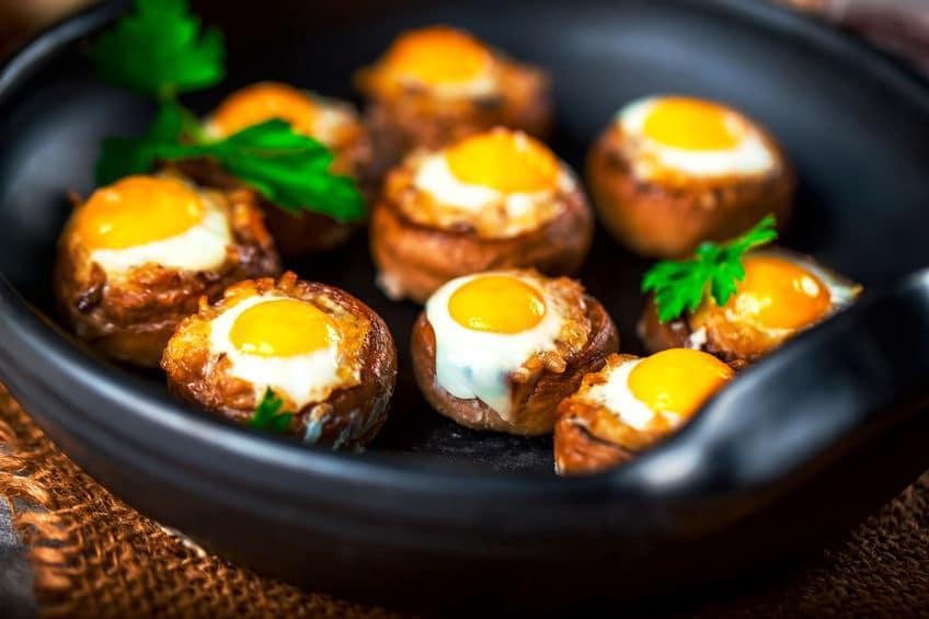 Antipasto con funghi arrosto e uova di quaglia