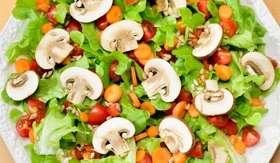 Insalata con funghi e verdure crude