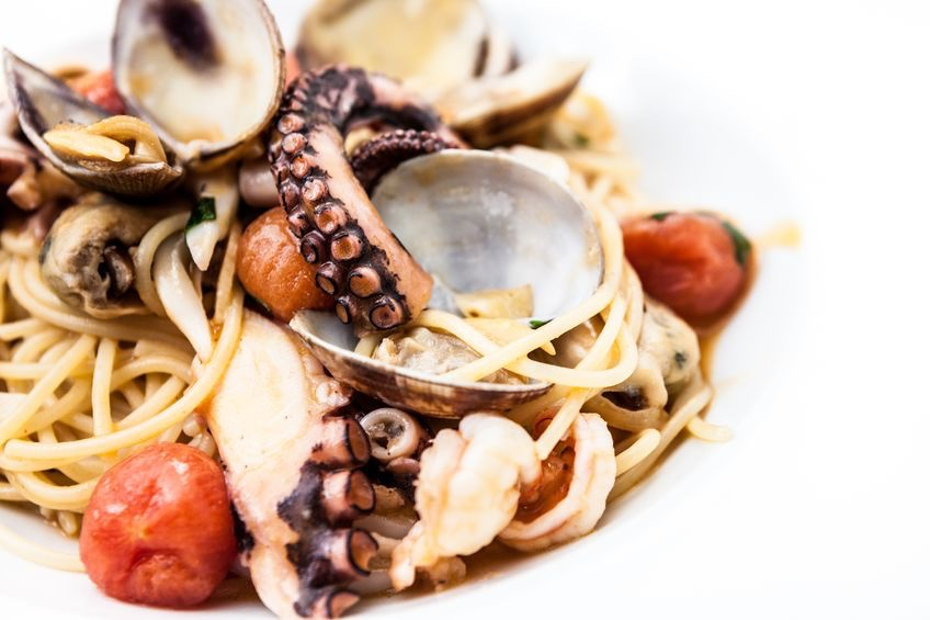 spaghetti con polpo e vongole e pomodorini