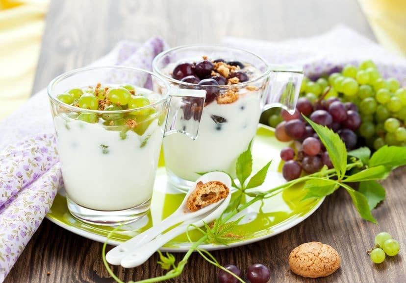 dolci al cucchiaio yogurt uva e biscotti