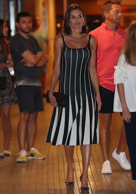 brand new ee16e d74d2 Letizia Ortiz l'abito bianco e nero, fra le tendenze estate ...
