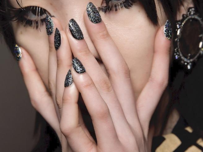 unghie invernali 2020 glitter nere-