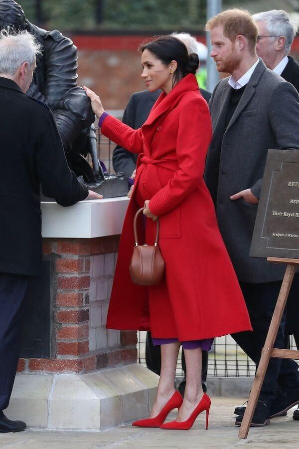meghan cappotto rosso abito viola gravidanza