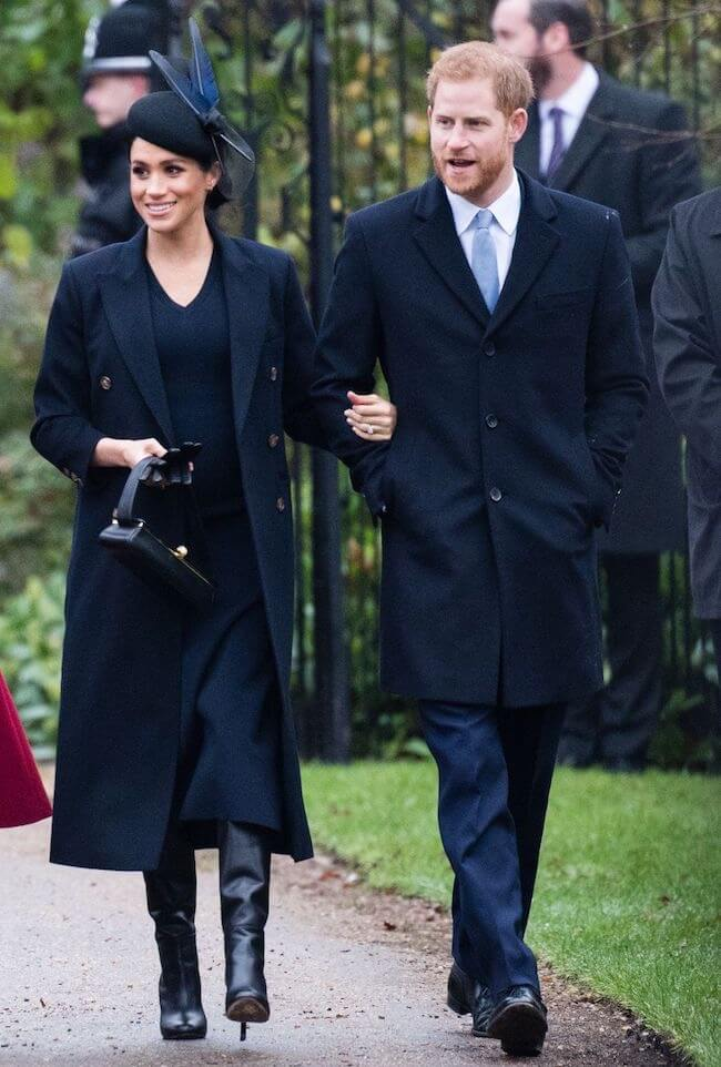 vestito blu e cappotto nero
