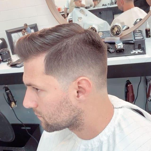 Taglio capelli uomo corti sfumati ciuffo inverno 2020-