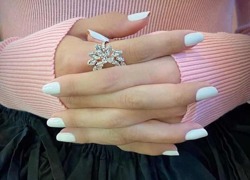 unghie gel bianche 2020- selena gomez