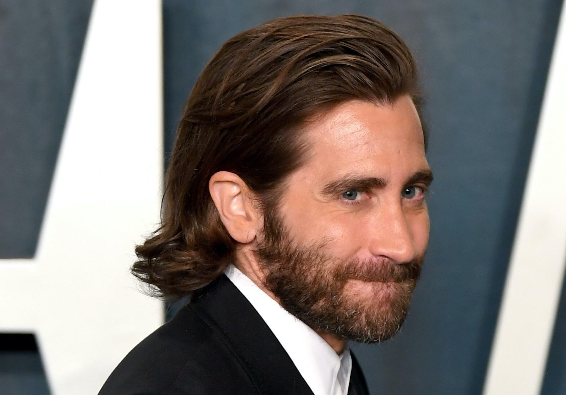 Jake Gyllenhaal capelli lunghi uomo 2021
