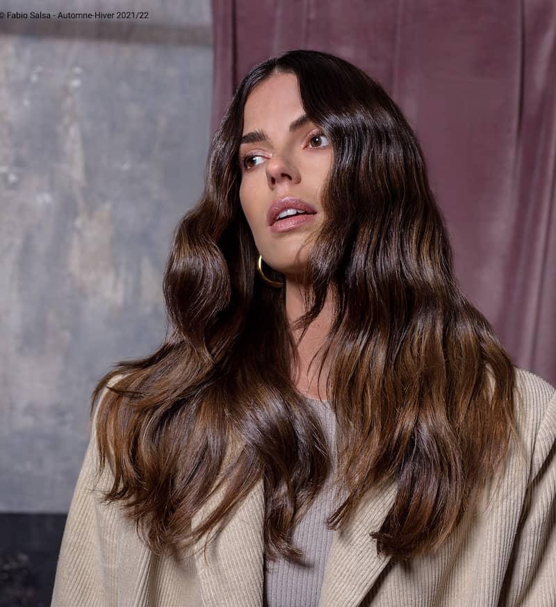 capelli castani scuri lunghi balayage 2022